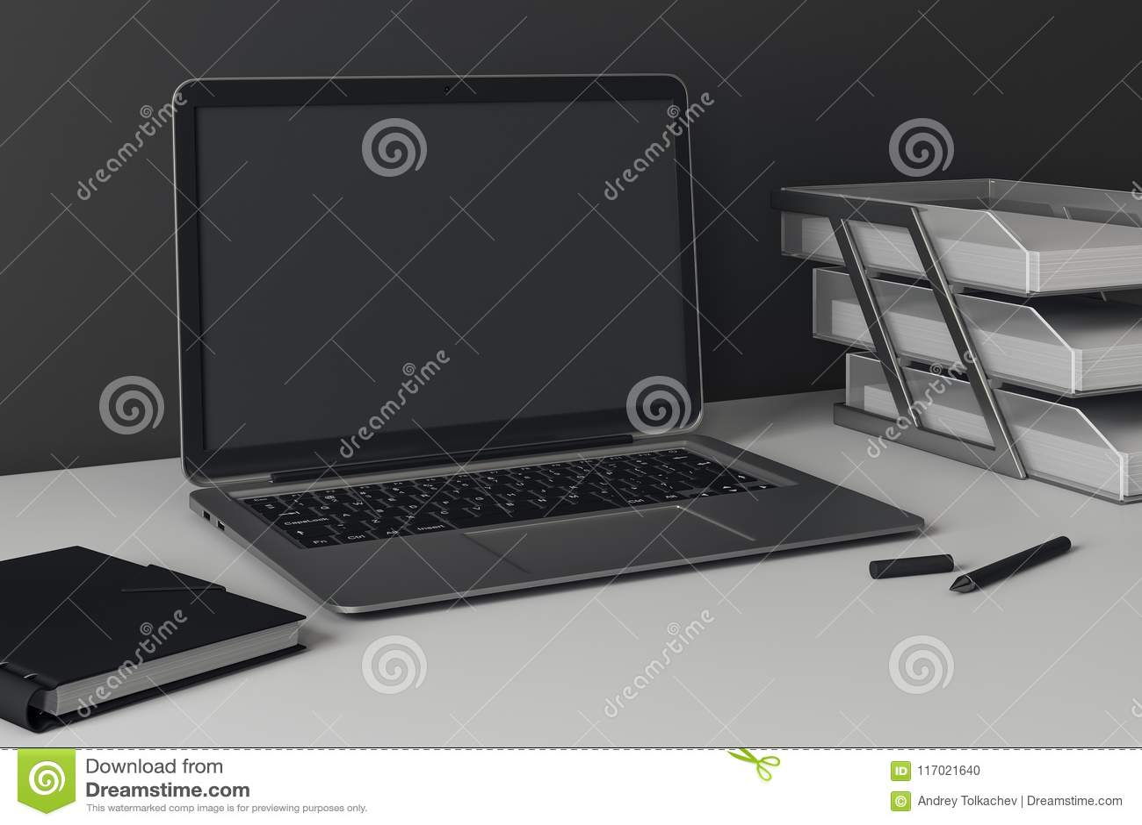 Sidosikt av den tomma kontorsbärbara datorn
