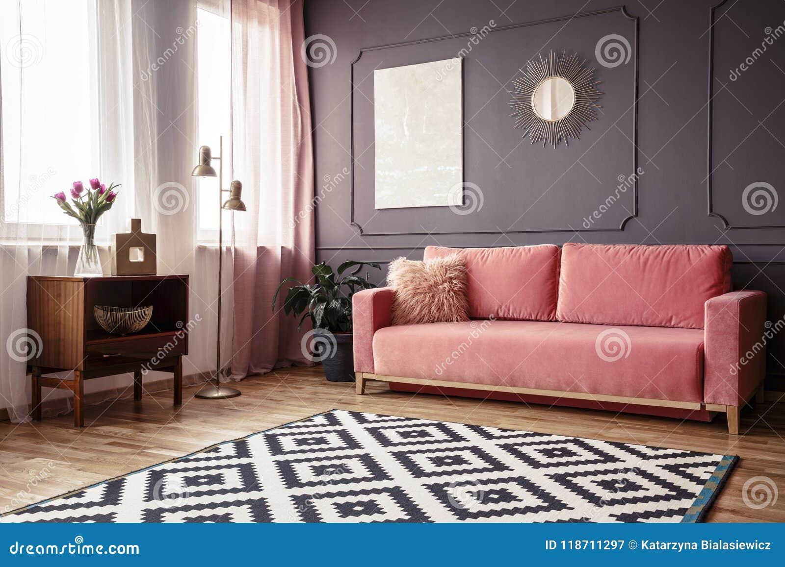 Sidovinkel av en vardagsruminre med en rosa soffa för pulver, PA