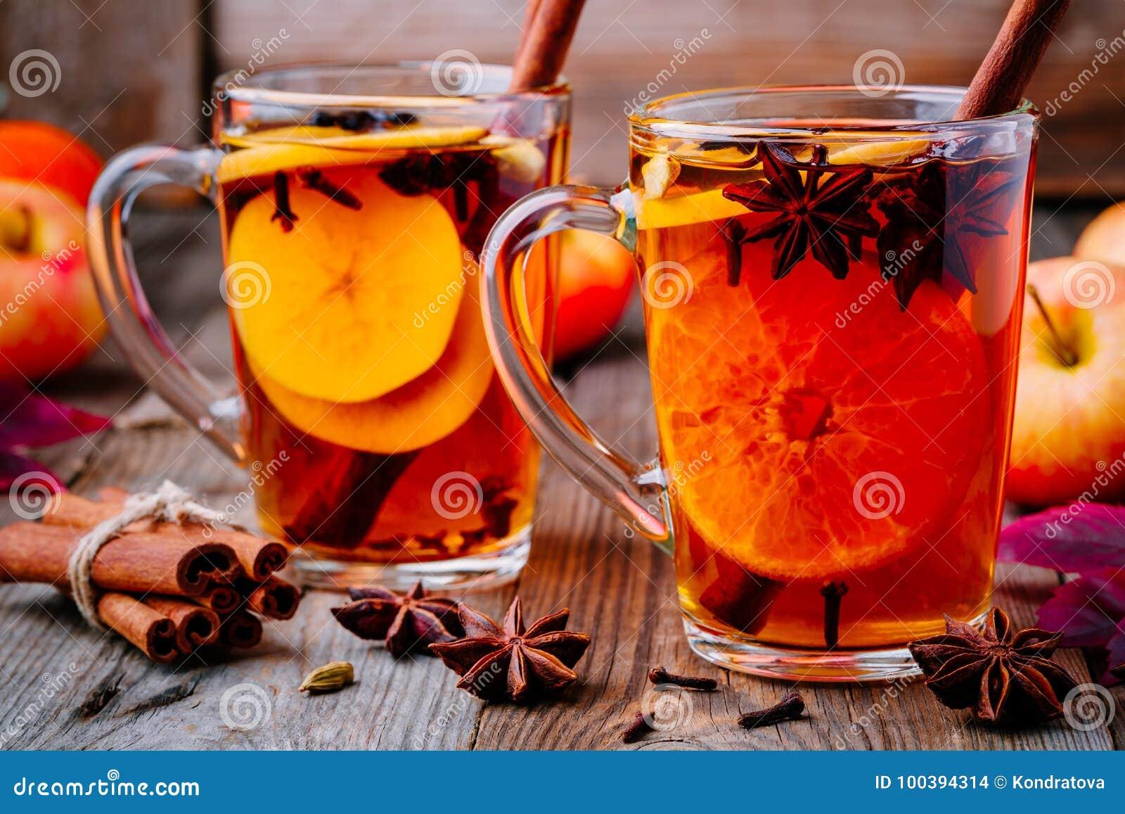 Sidra de manzana reflexionada sobre caliente con los palillos, los clavos y el anís de canela