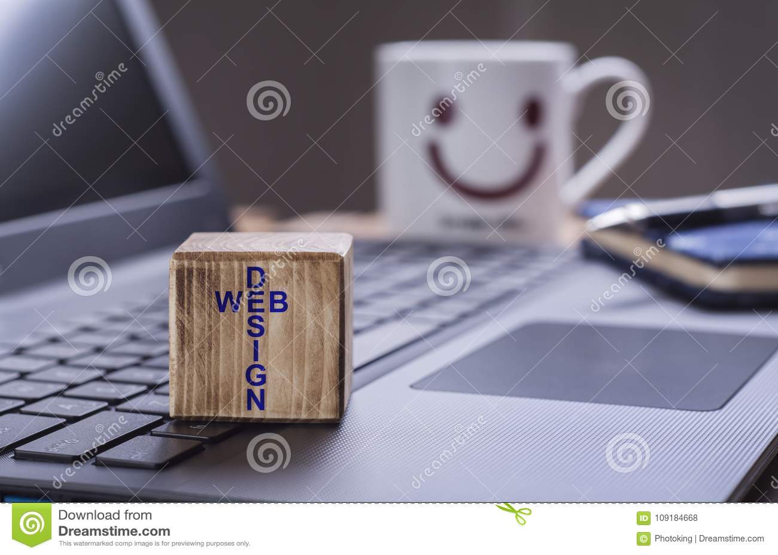 Sieć projekta tekst na laptopie