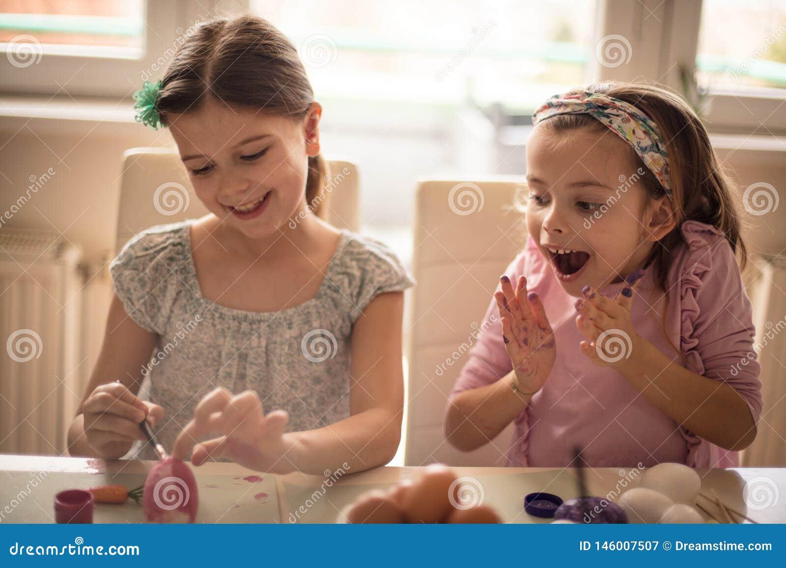 Sie erfreute sich mit der Kreativität ihrer Schwester für Ostern