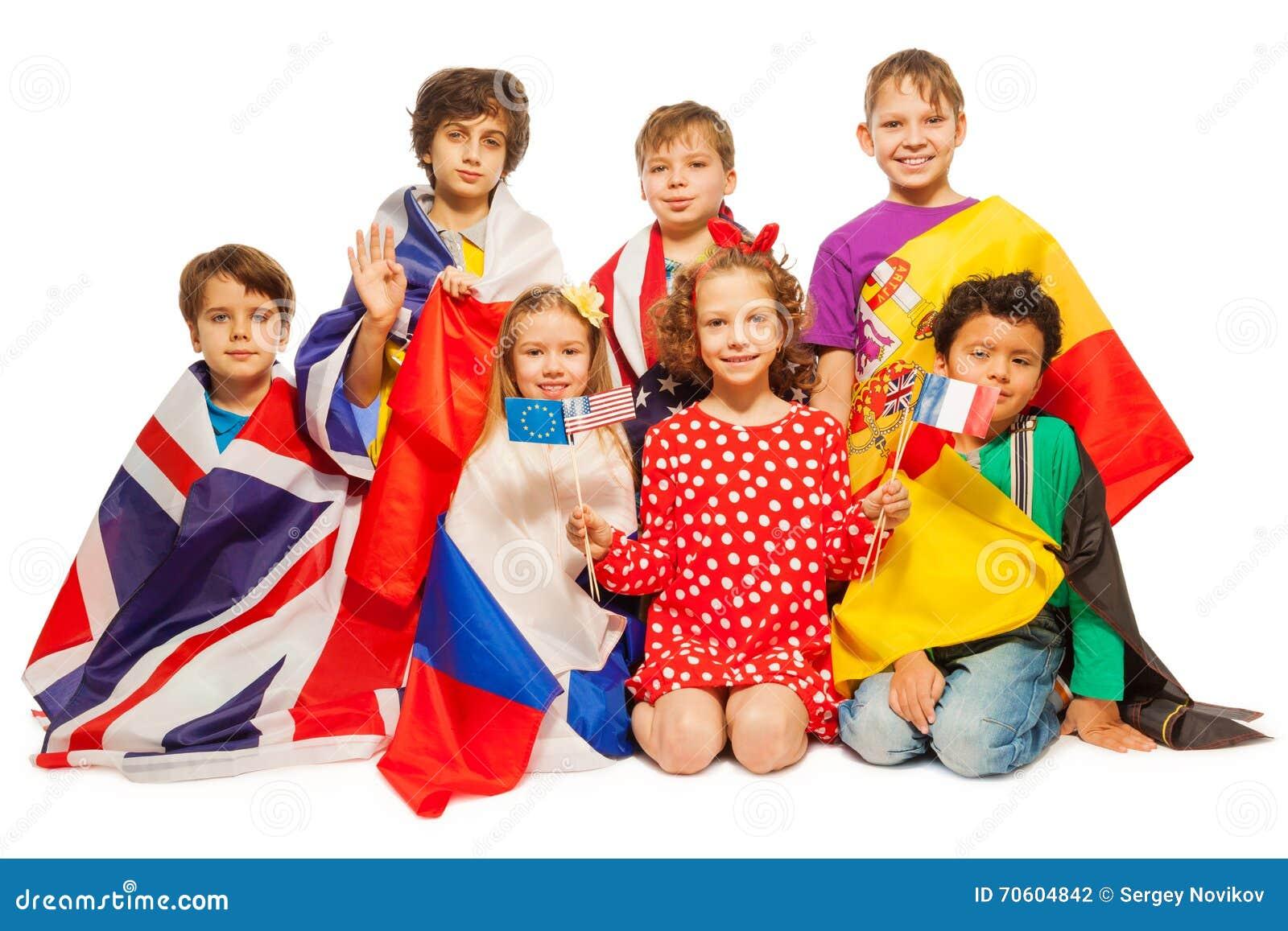 sieben kinder mit den flaggen eingewickelt in den