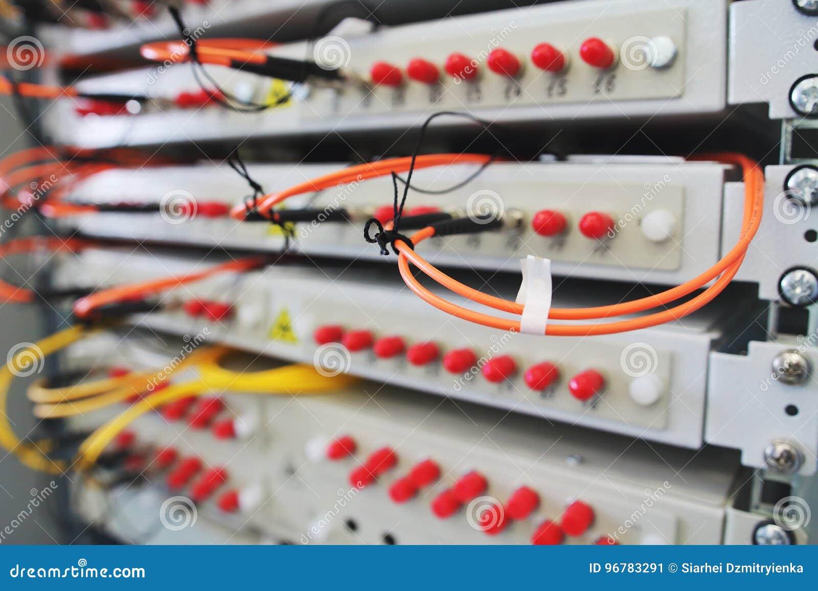 Sieci zmiana na stojaku z kablami łączył w dane centrum pokoju