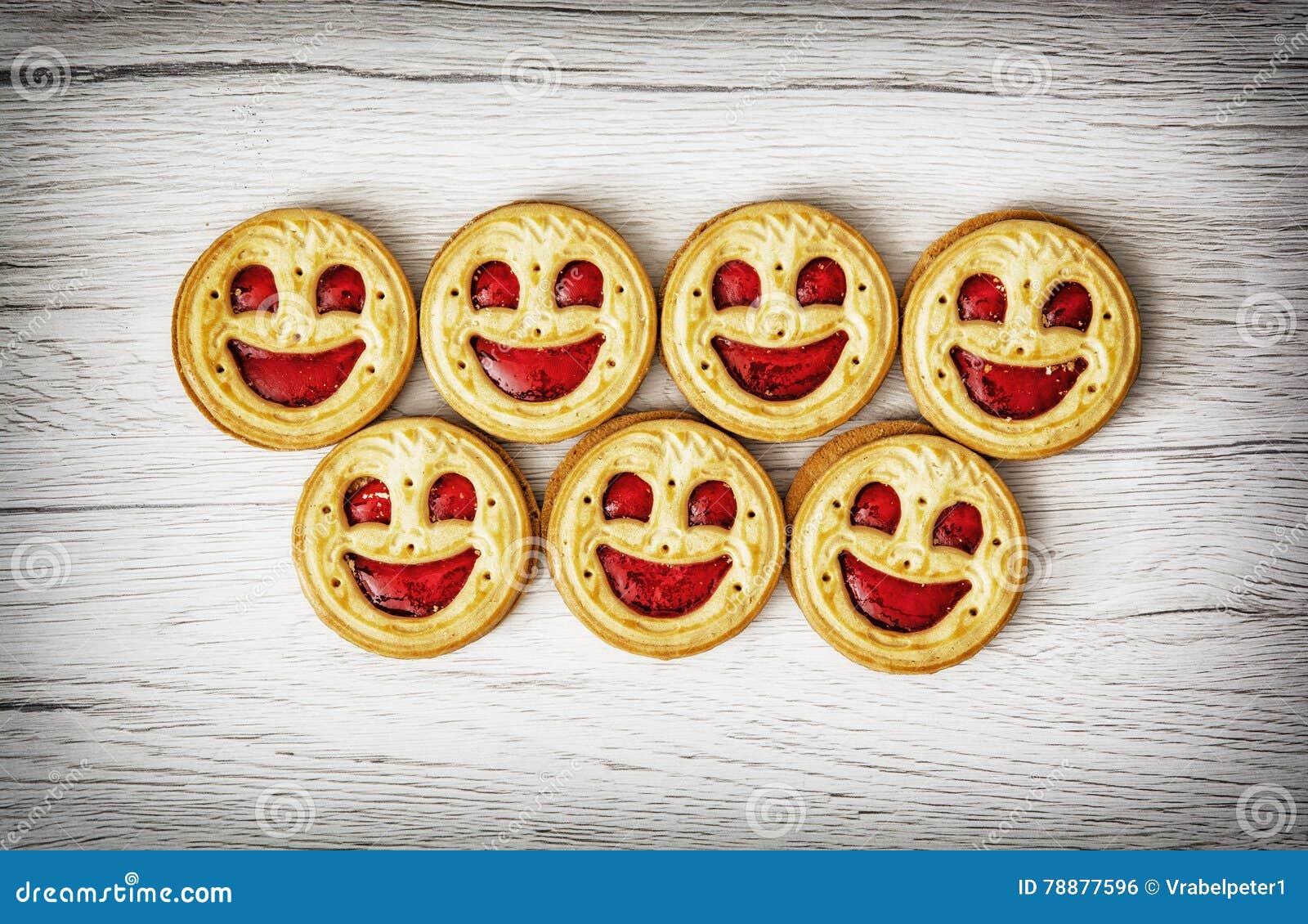 Siedem round ciastek uśmiecha się twarze, humorystyczny karmowy temat
