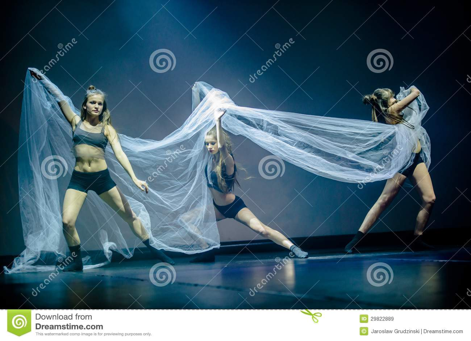 Dansare av den Luz danstheatren utför arrangerar på