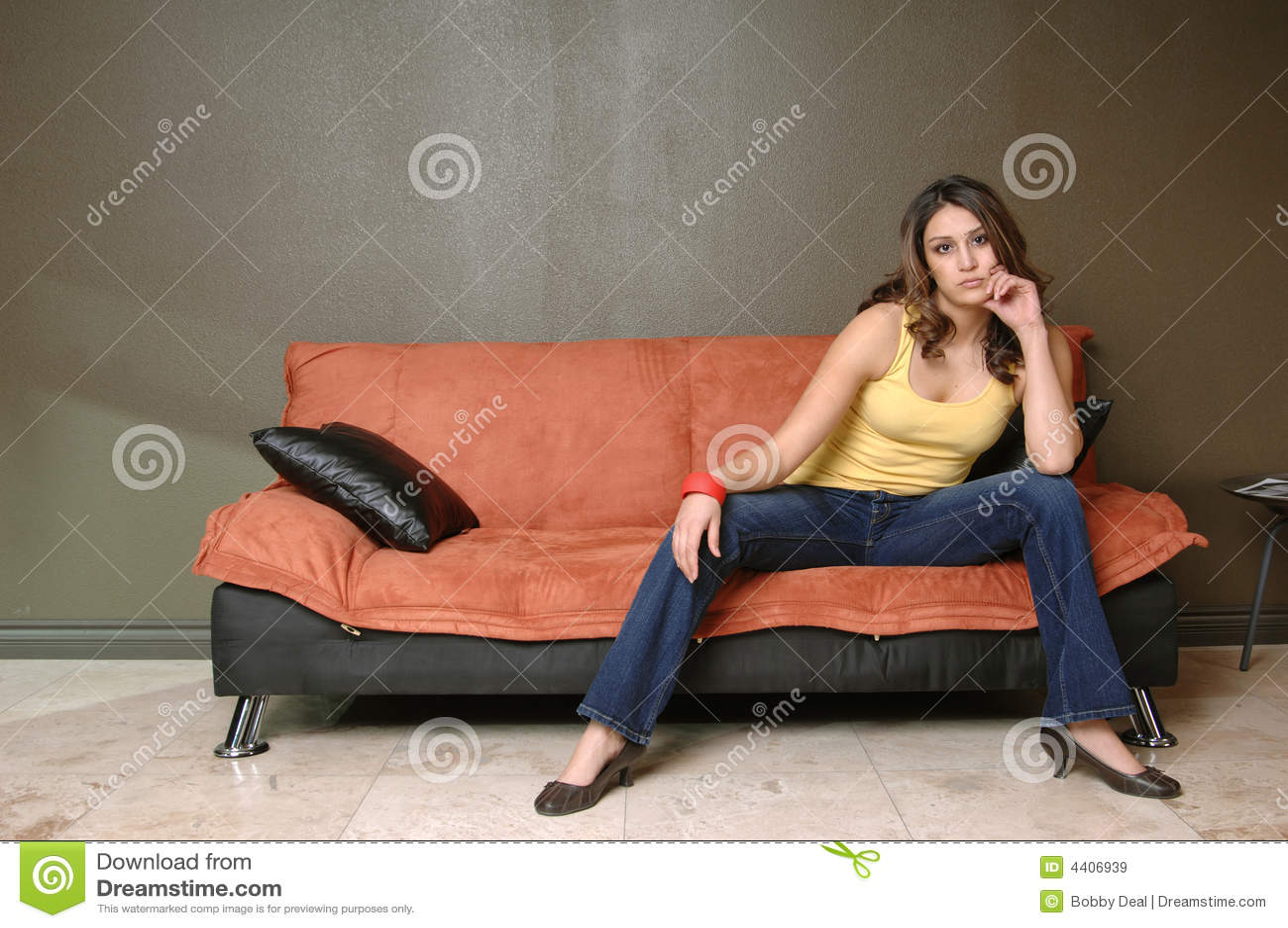 Siedząc kanapy kobiety young