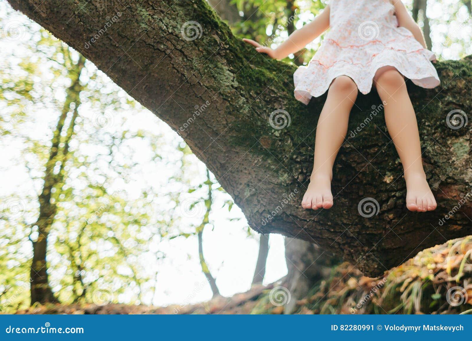 Siedzący dziewczyny drzewo stopa feign