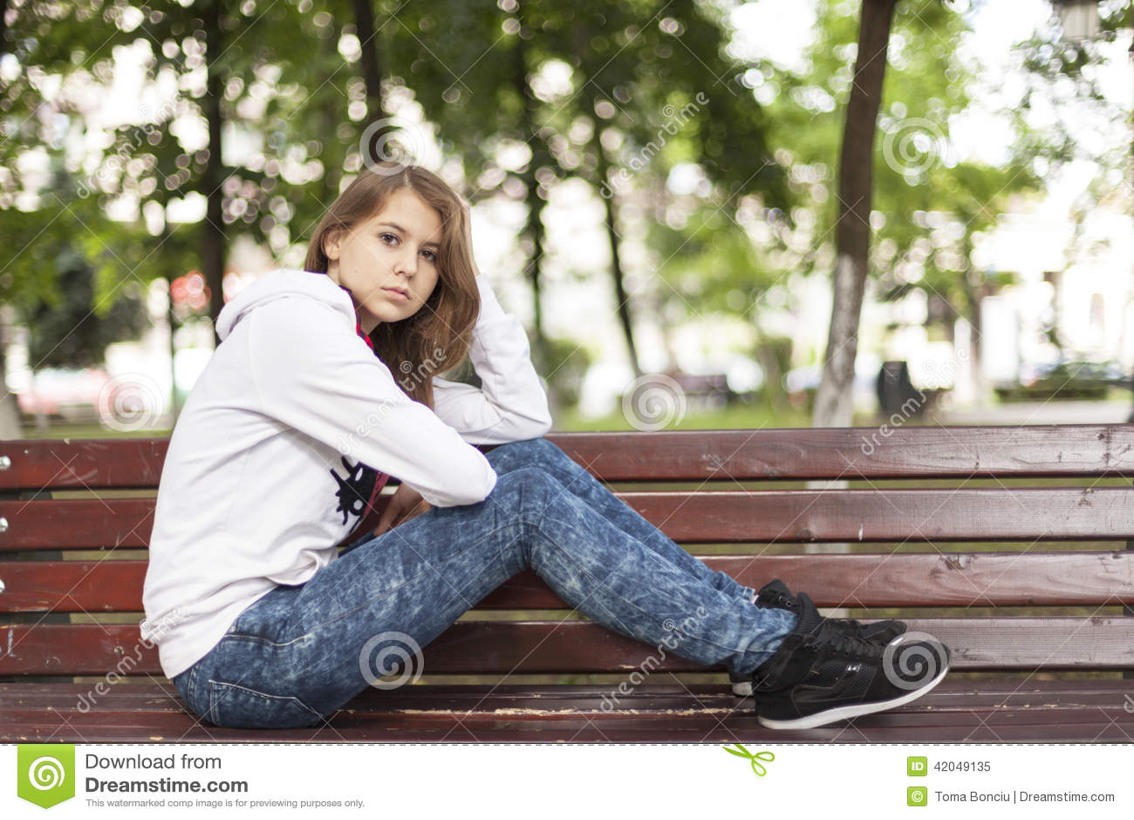 Siedzi smutnej kobiety