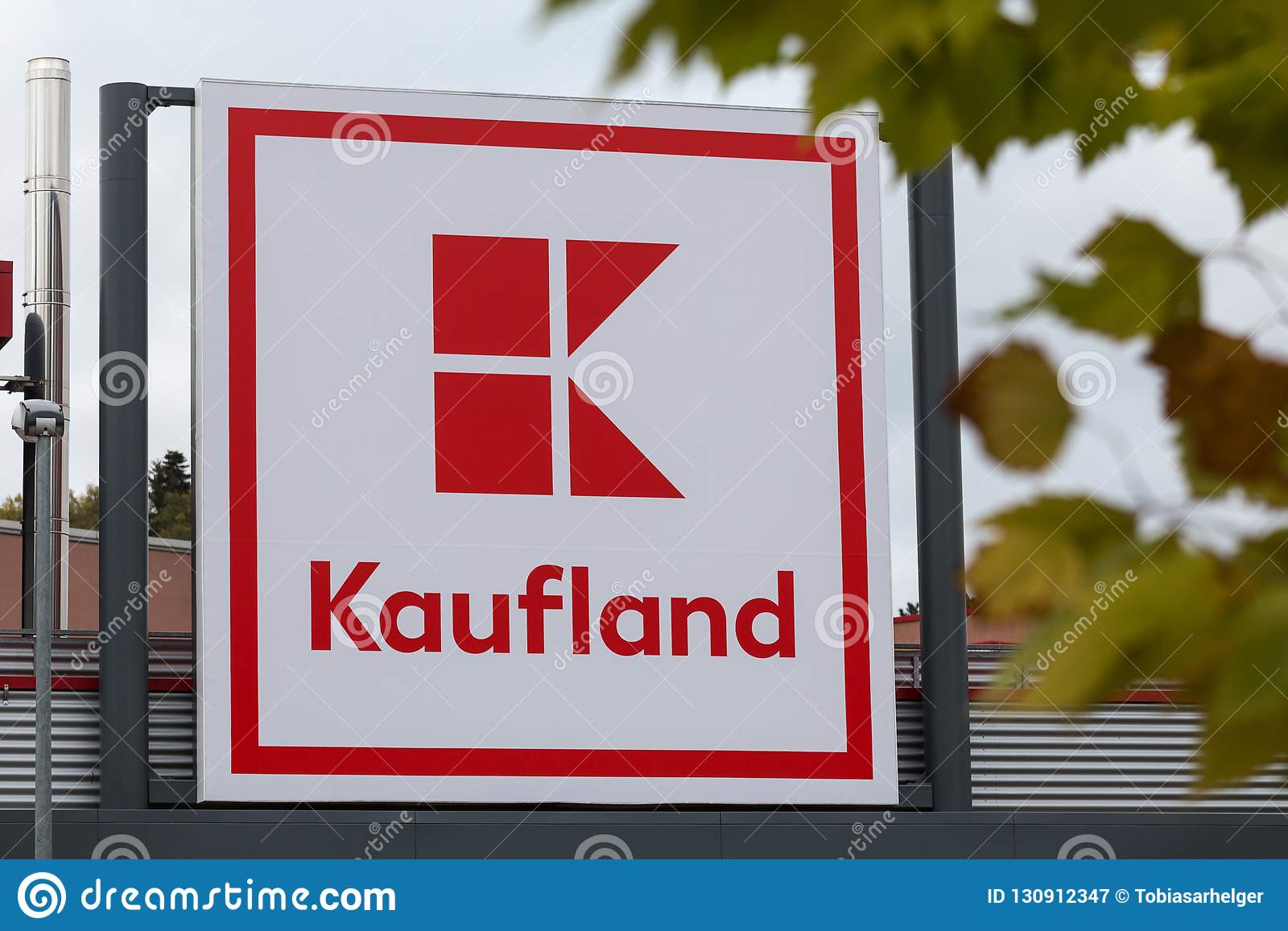 Siegen, северная Рейн-Вестфалия/Германия - 28 10 18: построение kaufland подписывает внутри siegen Германию