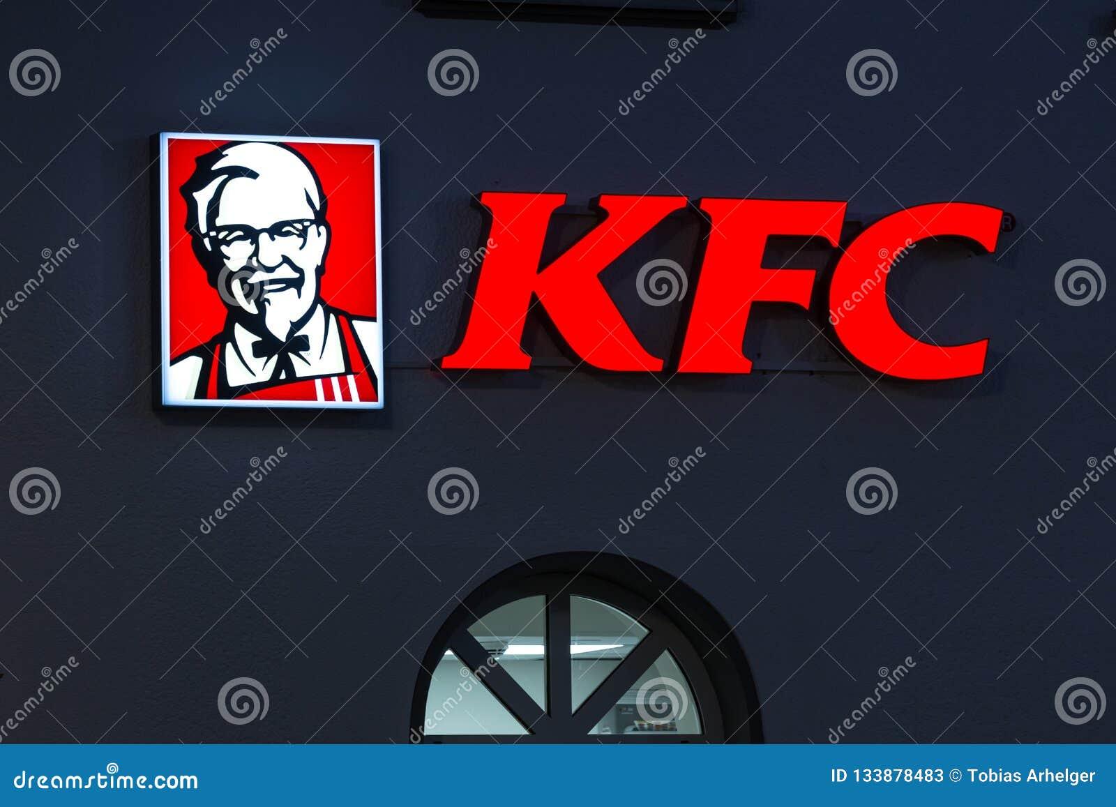 Siegen, Nordrhein-Westfalen/Deutschland - 13 11 18: KFC-Zeichen auf einem Gebäude im siegen Deutschland am Abend