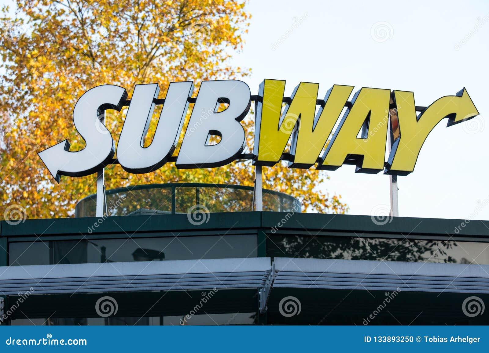 Siegen norr Rhen-Westphalia/Tyskland - 14 11 18: gångtunnelen undertecknar in siegenen Tyskland