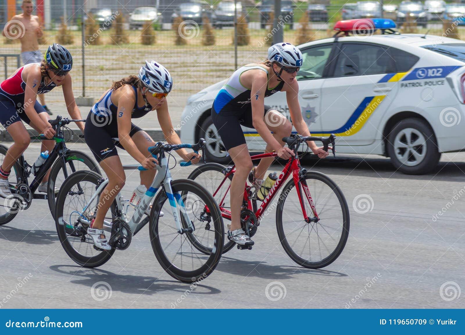 Sieger, Läufer hoch und dritter Platz, der am Frauen ` s Radrennen während Triathlon Junior European Cup Dnipro ETU konkurriert