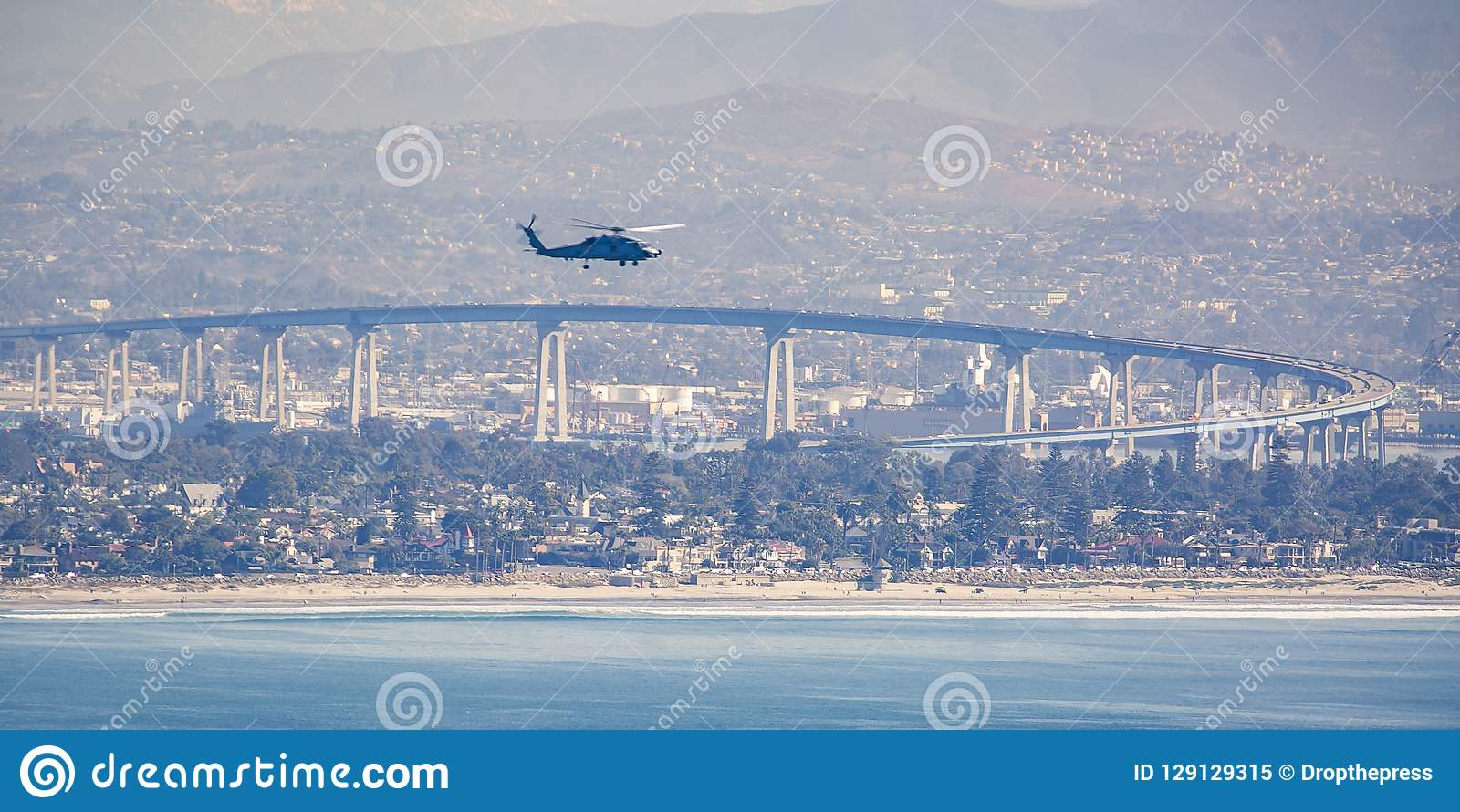 Siekacz w San Diego niebie nad Coronado mostem