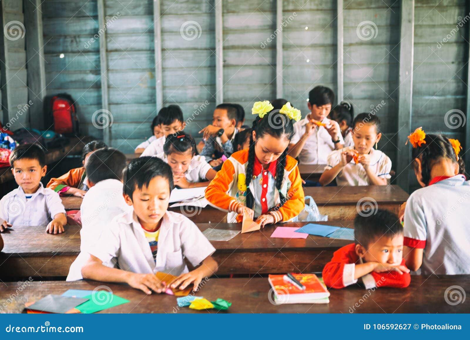 Siem oogst, Kambodja - 21 Januari, 2015: Cambodjaanse Studenten bij schoolklasse in het drijvende dorp