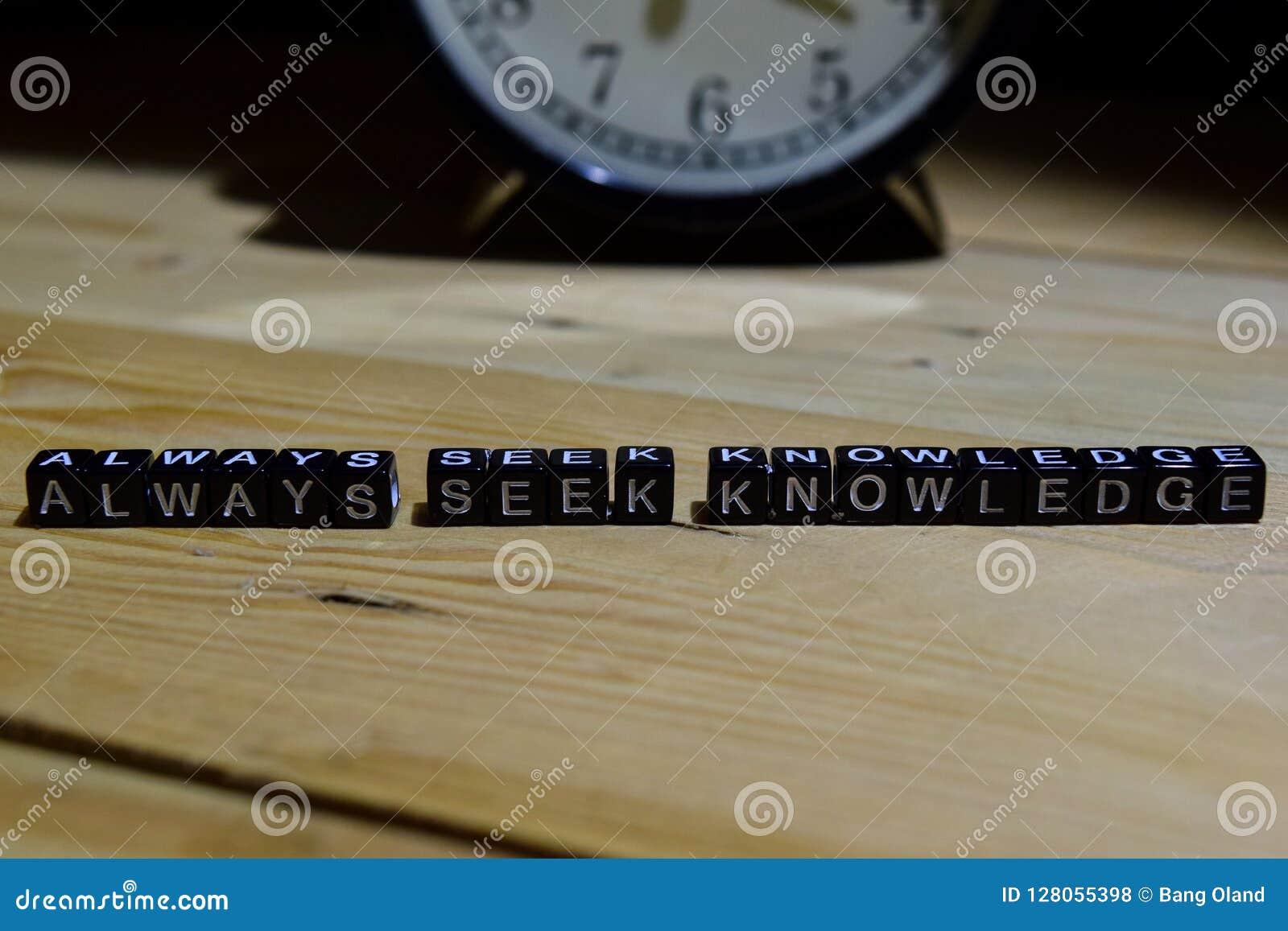 Siempre conocimiento de la búsqueda escrito en bloques de madera Educación y concepto del negocio