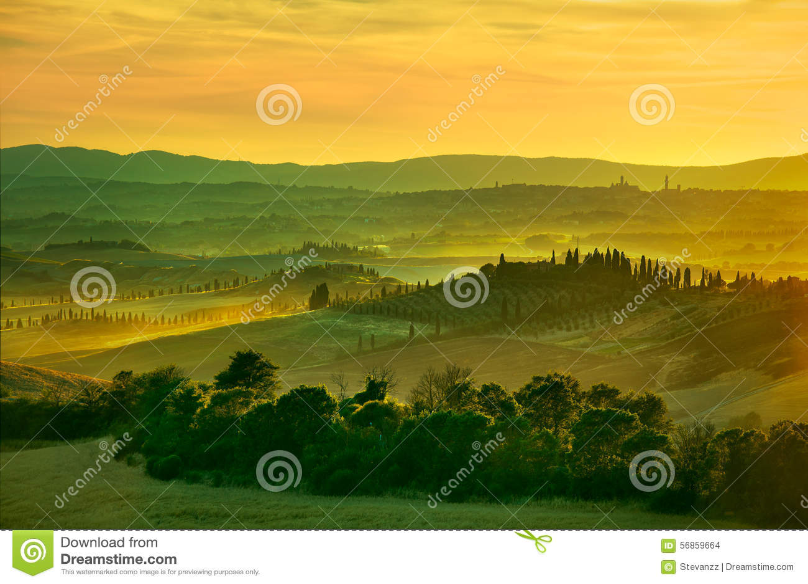 Siena, Rolling Hills en puesta del sol Paisaje rural con el tre del ciprés