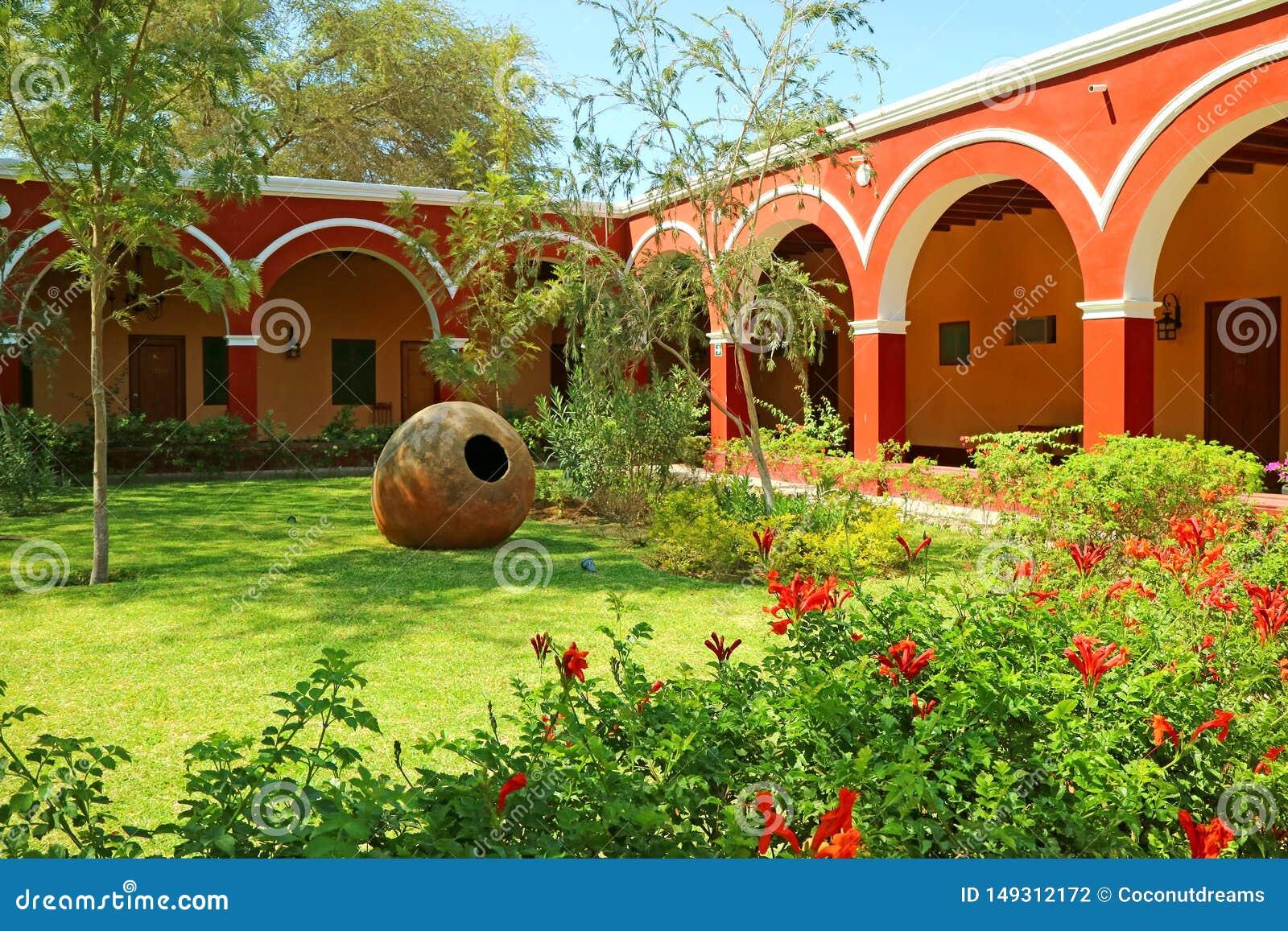 Sier Peruviaanse Tuin binnen Mooie Rode en Witte Gang Uitstekende Architectuur, Huacachina-Oasestad, Ica gebied, Peru