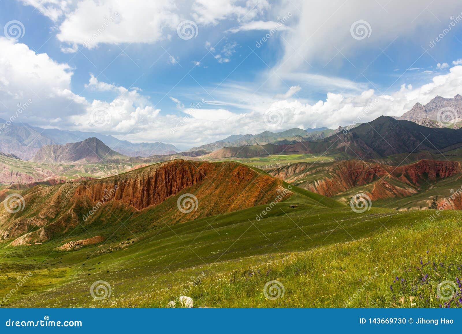 Sierpień góry pod niebieskim niebem białymi chmurami i, Qilian góra