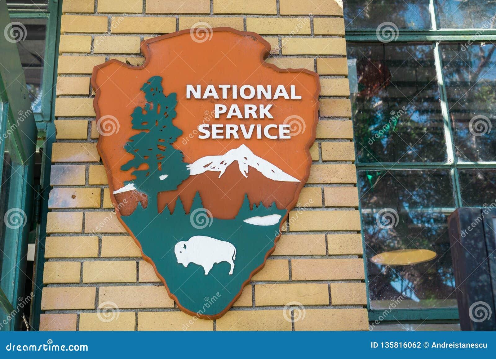 Sierpień 26, 2017 Richmond/CA/USA - Stany Zjednoczone National Park Service emblemat (NPS) NPS jest agencją Stany Zjednoczone fed