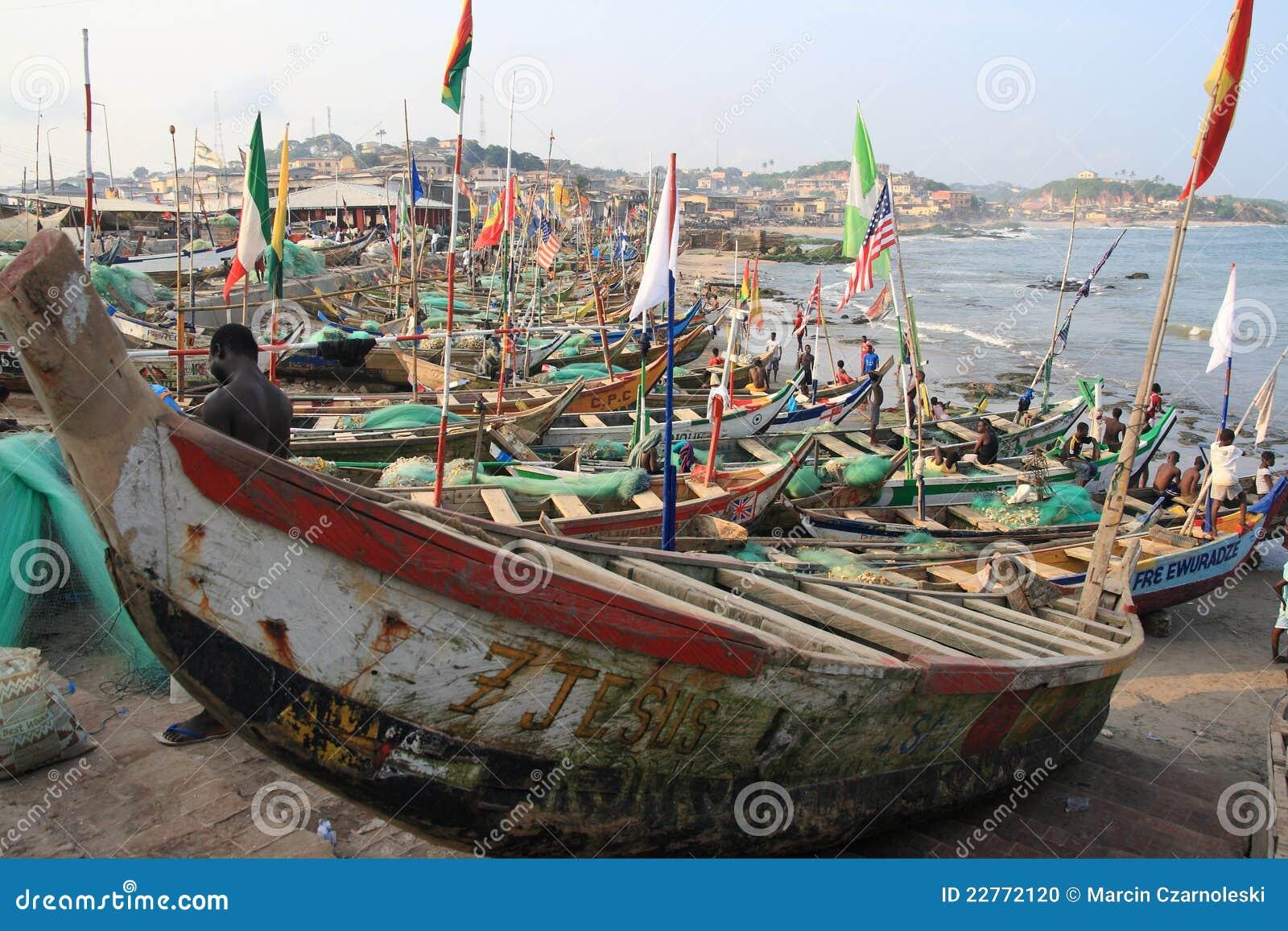 Siesta av fiskare i uddkusthamnen, Afrika