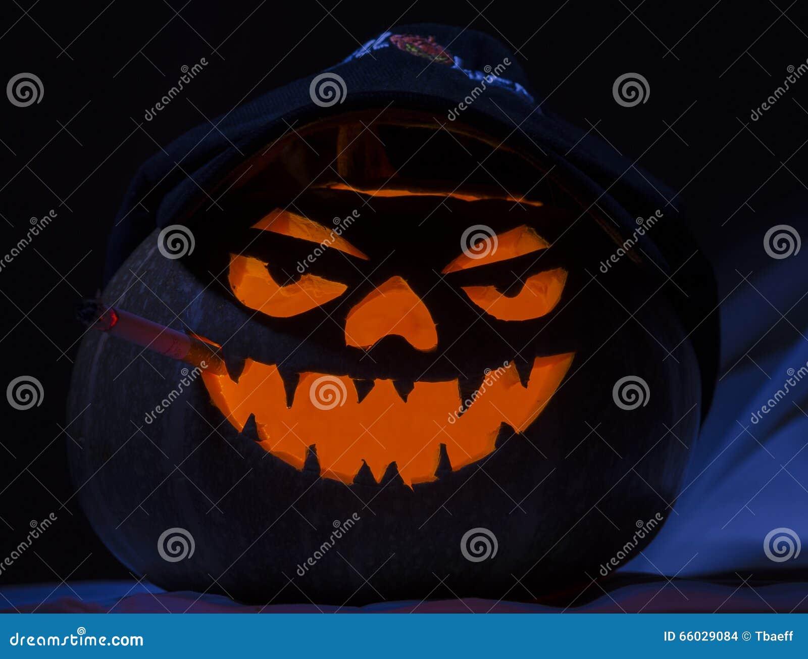 Pianta Di Zucca Di Halloween.Sigaretta Di Fumo Della Zucca Di Halloween Fotografia Stock