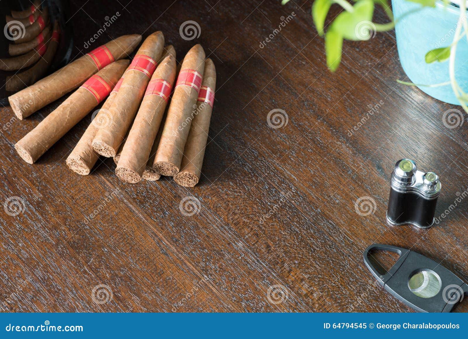 Sigari cubani della piramide sulla tavola