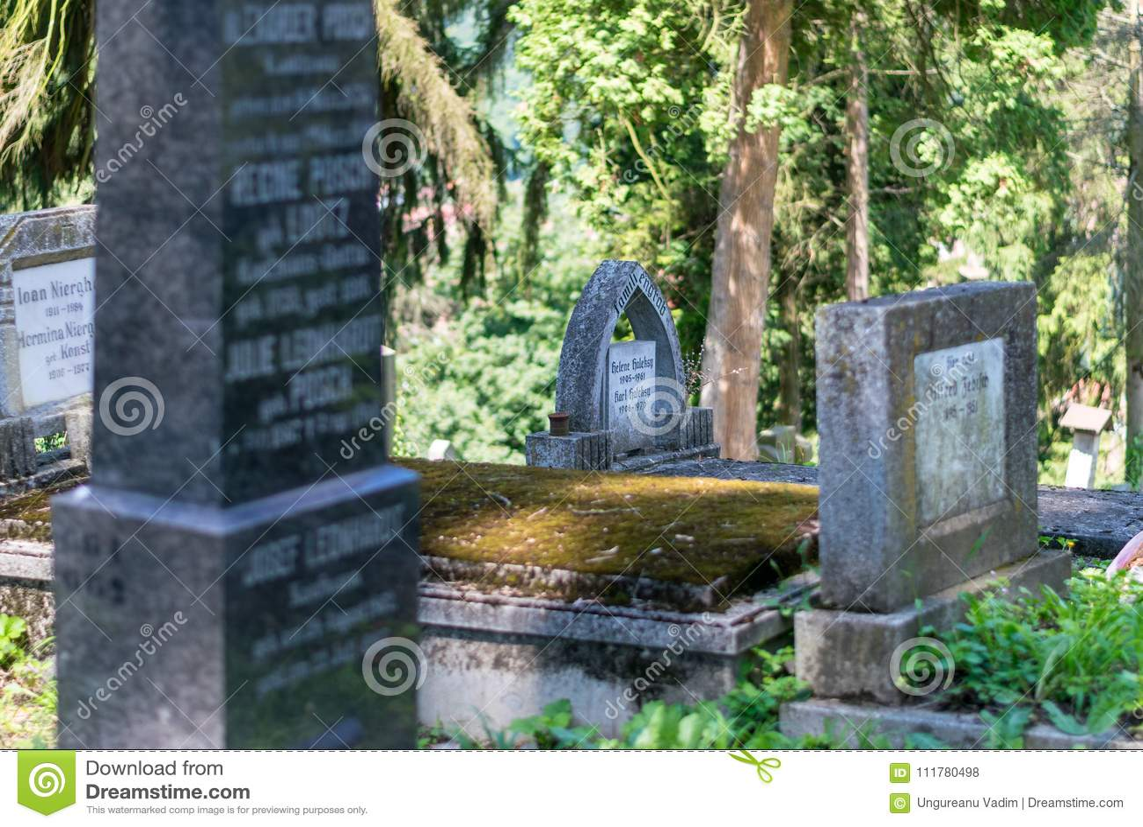 SIGHISOARA, ROMÊNIA - 1º DE JULHO DE 2016: Cemitério saxão, situado ao lado da igreja no monte em Sighisoara, Romênia
