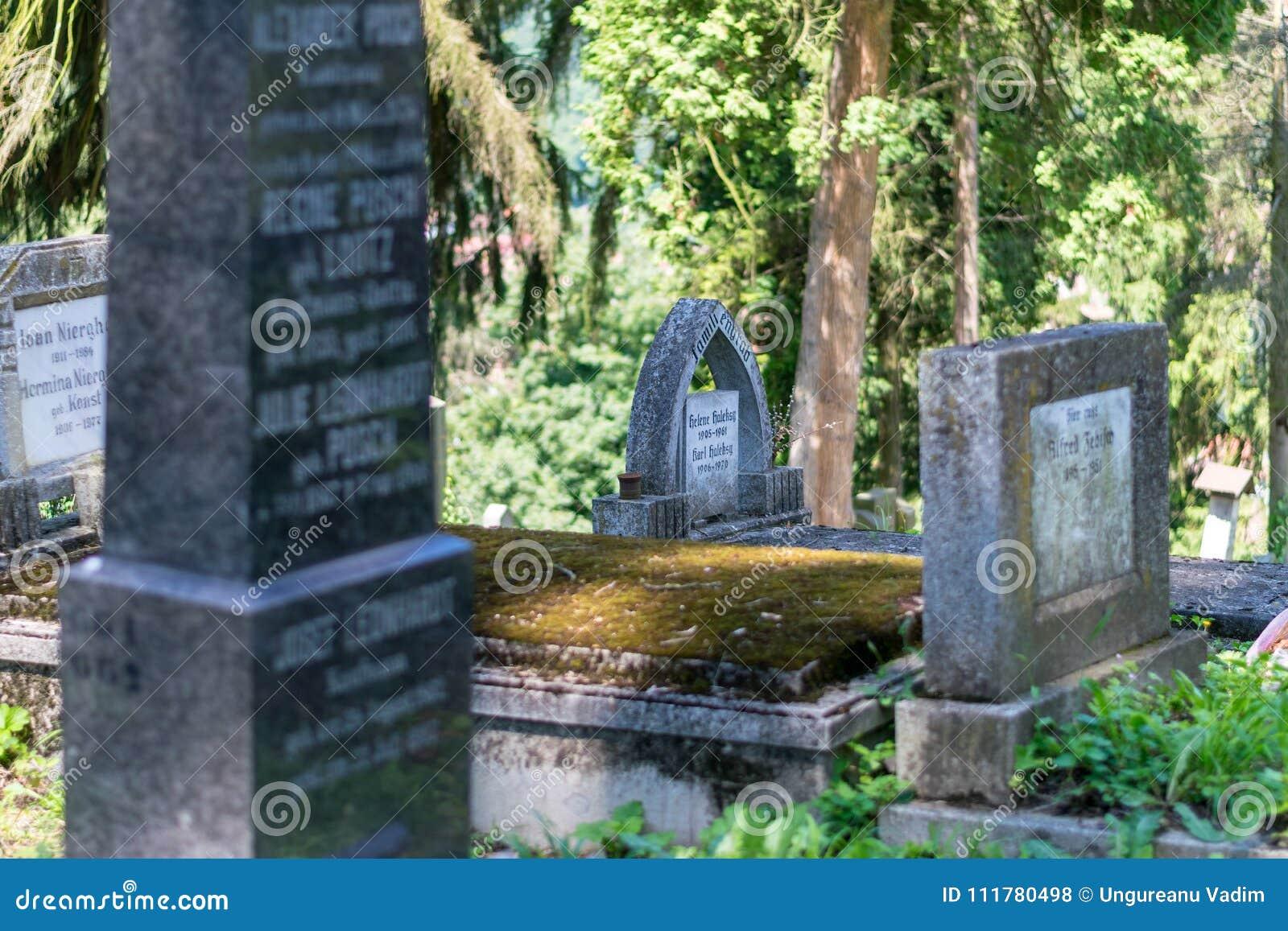 SIGHISOARA, ROMANIA - 1° LUGLIO 2016: Cimitero di Saxon, situato accanto alla chiesa sulla collina in Sighisoara, la Romania