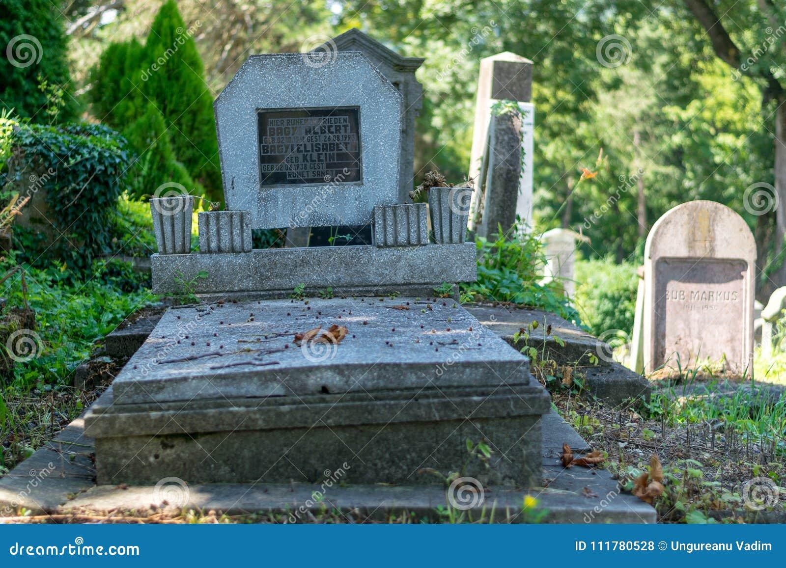 SIGHISOARA RUMÄNIEN - 1 JULI 2016: Saxisk kyrkogård som lokaliseras bredvid kyrkan på kullen i Sighisoara, Rumänien