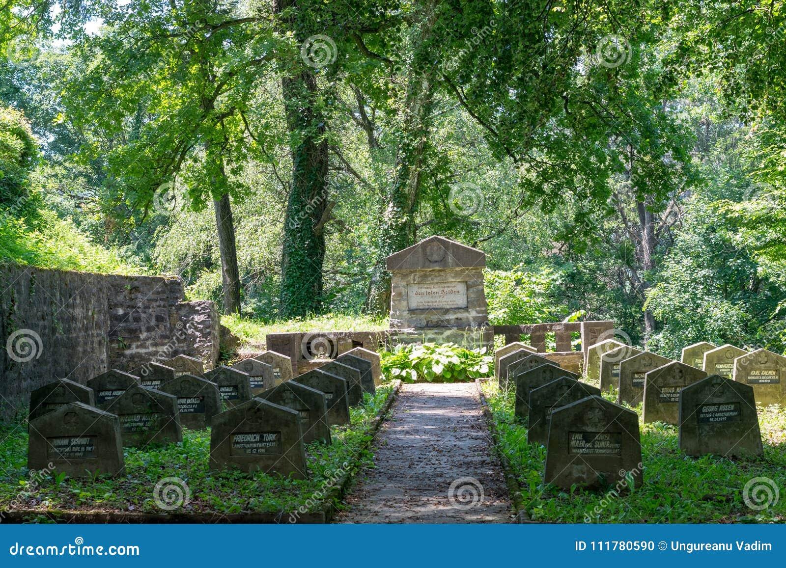 SIGHISOARA RUMÄNIEN - 1 JULI 2016: WWI-kyrkogård, nära den saxiska kyrkogården som lokaliseras bredvid kyrkan på kullen i Sighiso