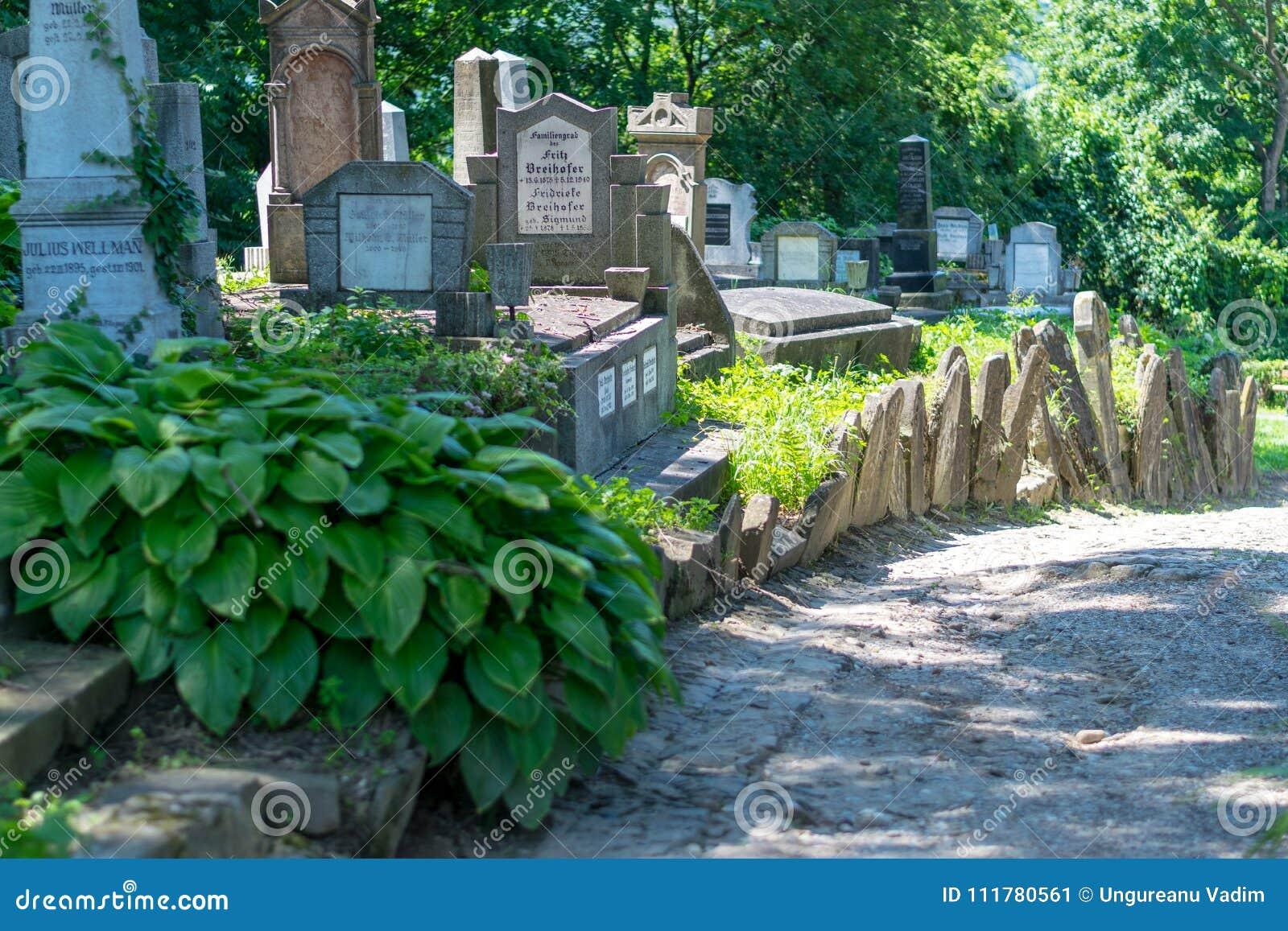 SIGHISOARA, RUMANIA - 1 DE JULIO DE 2016: Cementerio sajón, situado al lado de la iglesia en la colina en Sighisoara, Rumania
