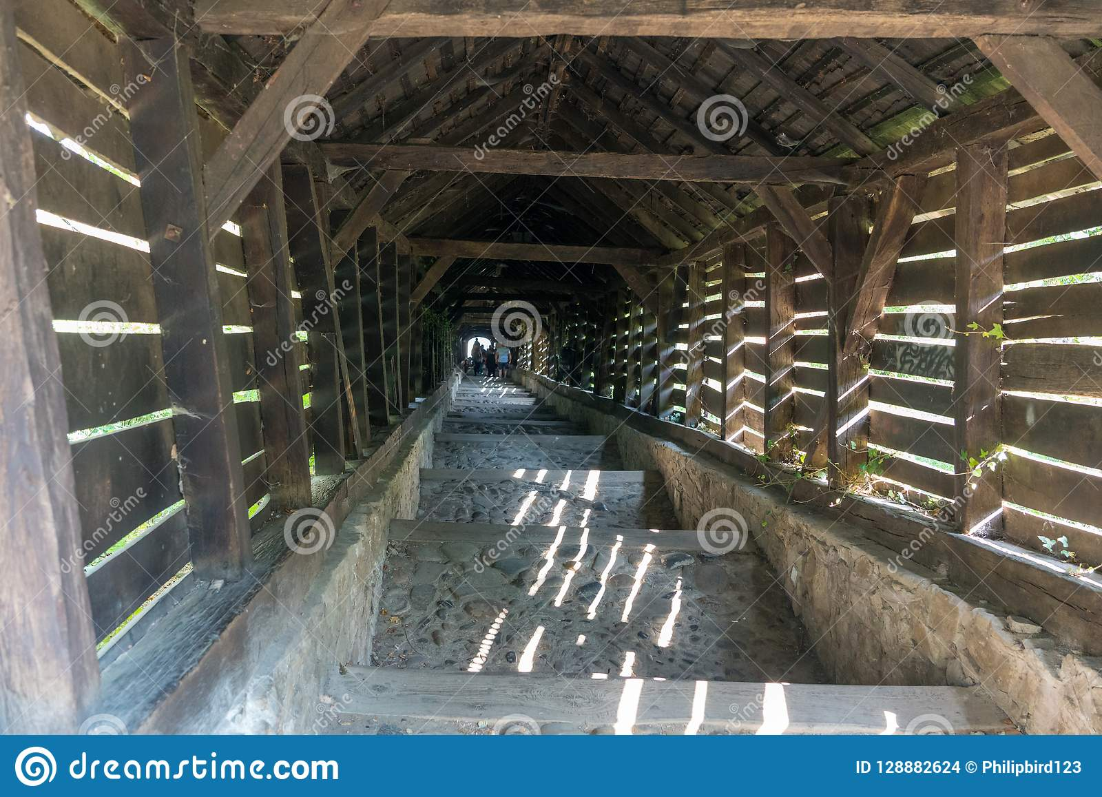 SIGHISOARA, TRANSYLVANIA/ROMANIA - 17 DE SETEMBRO: Túnel de madeira