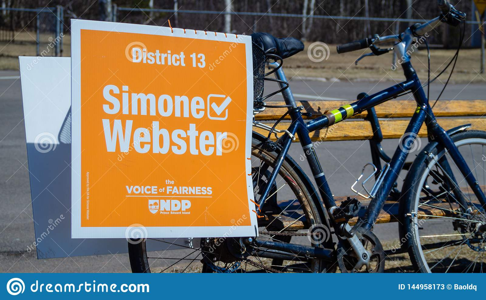 Signage на велосипеде Simone Webster, выбранного NDP в p e I избрание