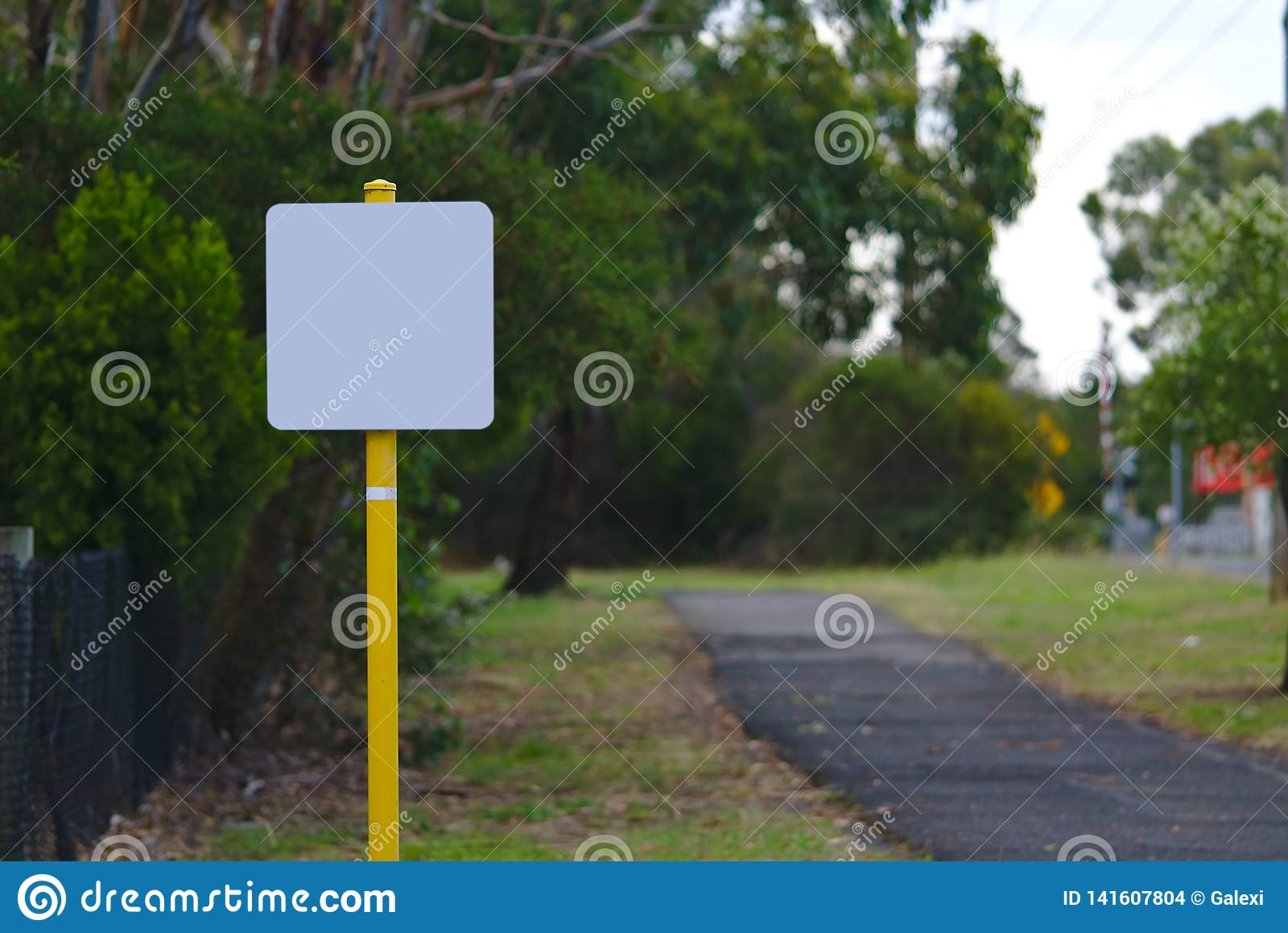 Signage vide sur le poteau jaune