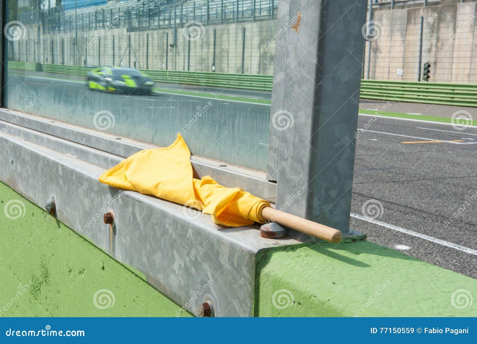 Signal de danger de drapeau jaune pour emballer le sport automobile