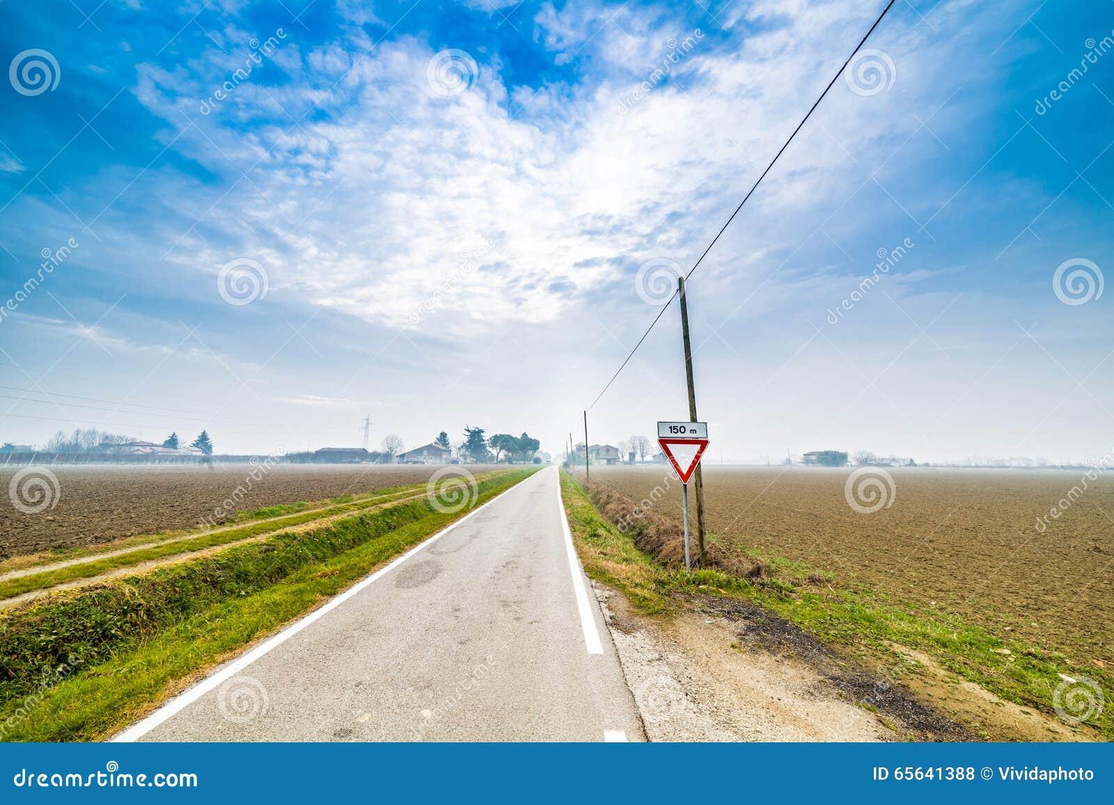 Signalez pour accorder la priorité sur la route dans la campagne