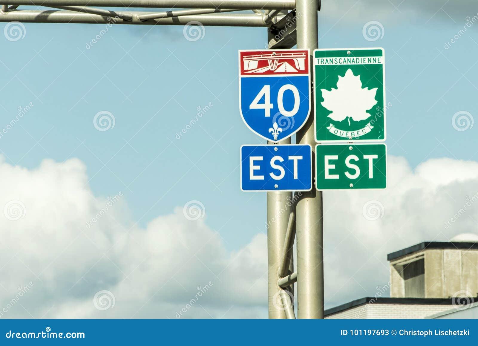 Signalisez avec le signe vert de la direction est de route de Canada de transport reliant l est et la côte ouest