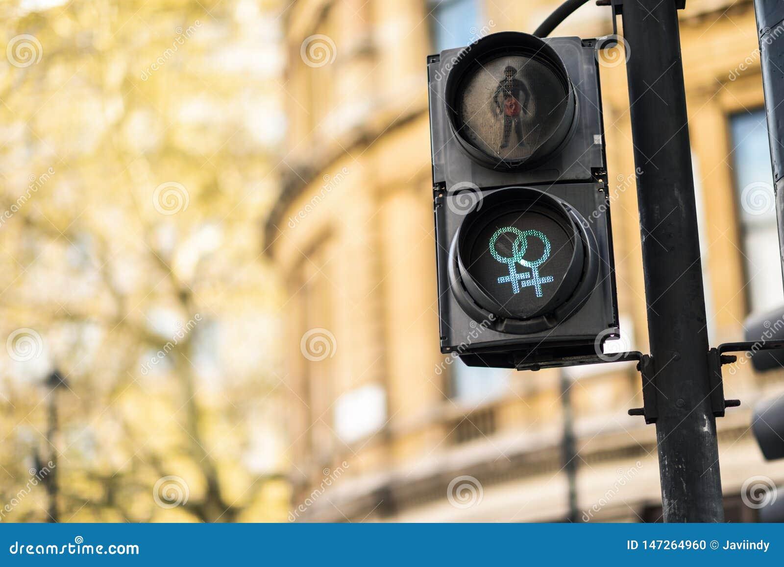 Signaux de feu de signalisation piétonnière de LGBT symbolisant l égalité, la diversité et la tolérance