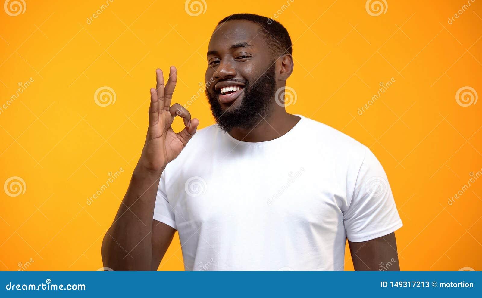 Signe afro-am?ricain beau d OK d apparence d homme, examen de client, service amical