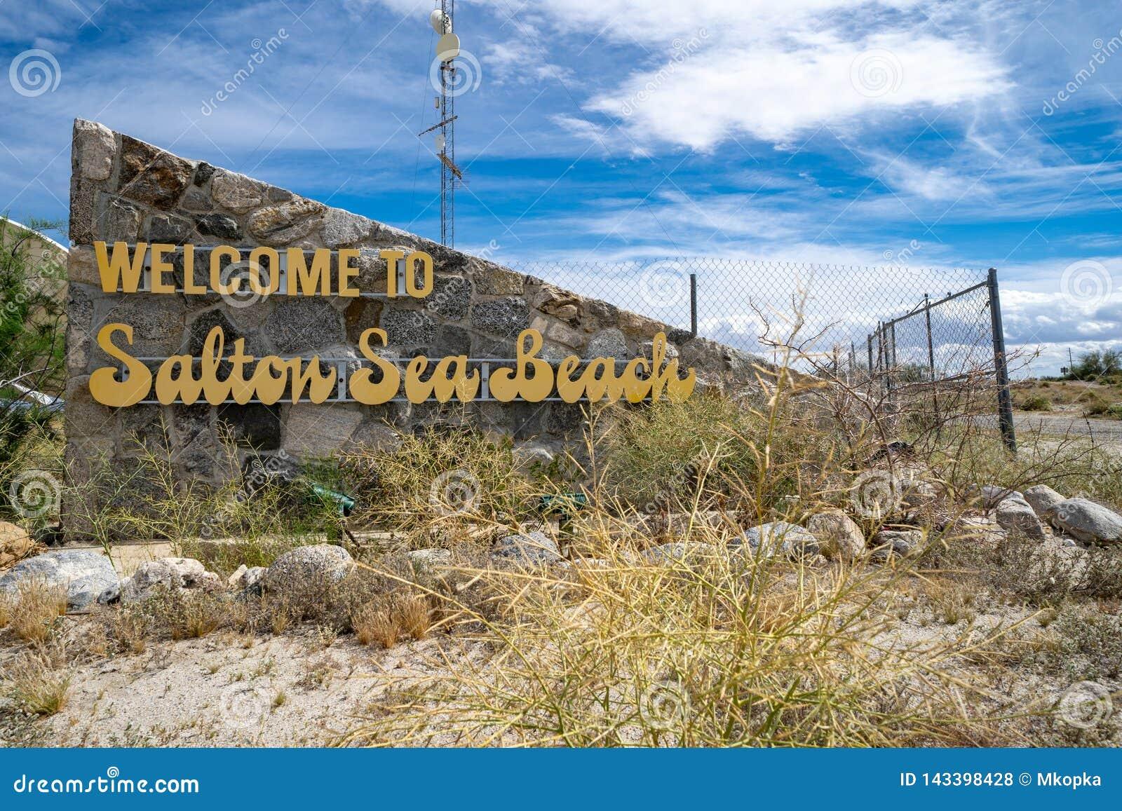 Signe bienvenu à la plage de mer de Salton, une petite ville située sur les rivages de la mer de Salton dans la Californie le com