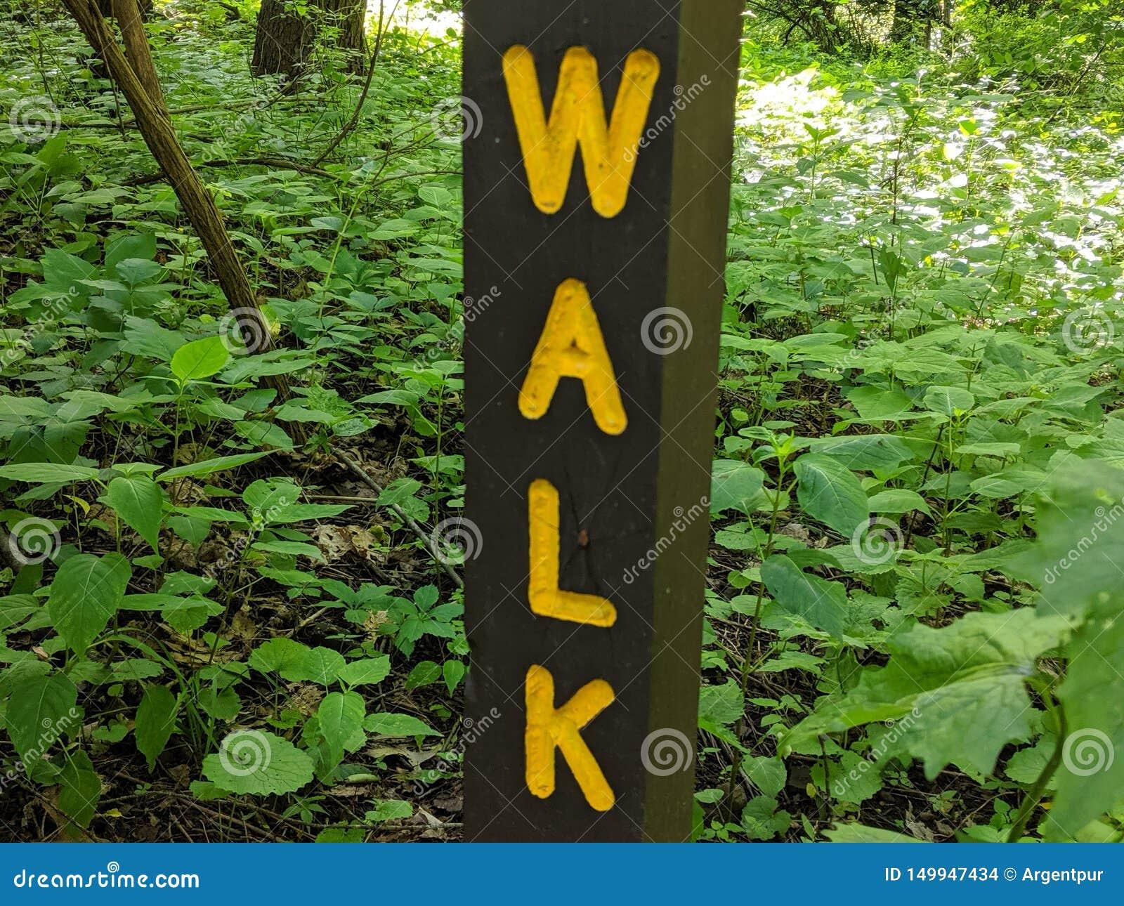 Signe de promenade, lettres jaunes sur le courrier en bois brun