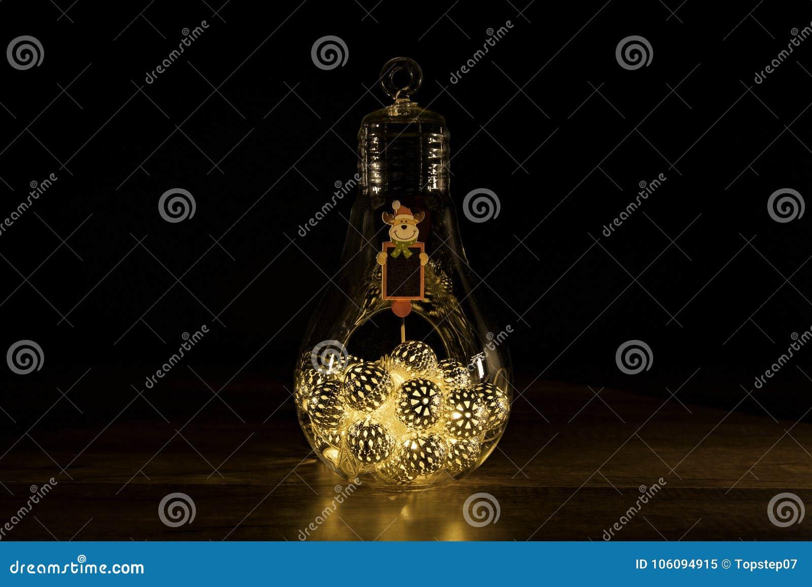 Signe de renne avec des lumières de Noël dans l ampoule en verre