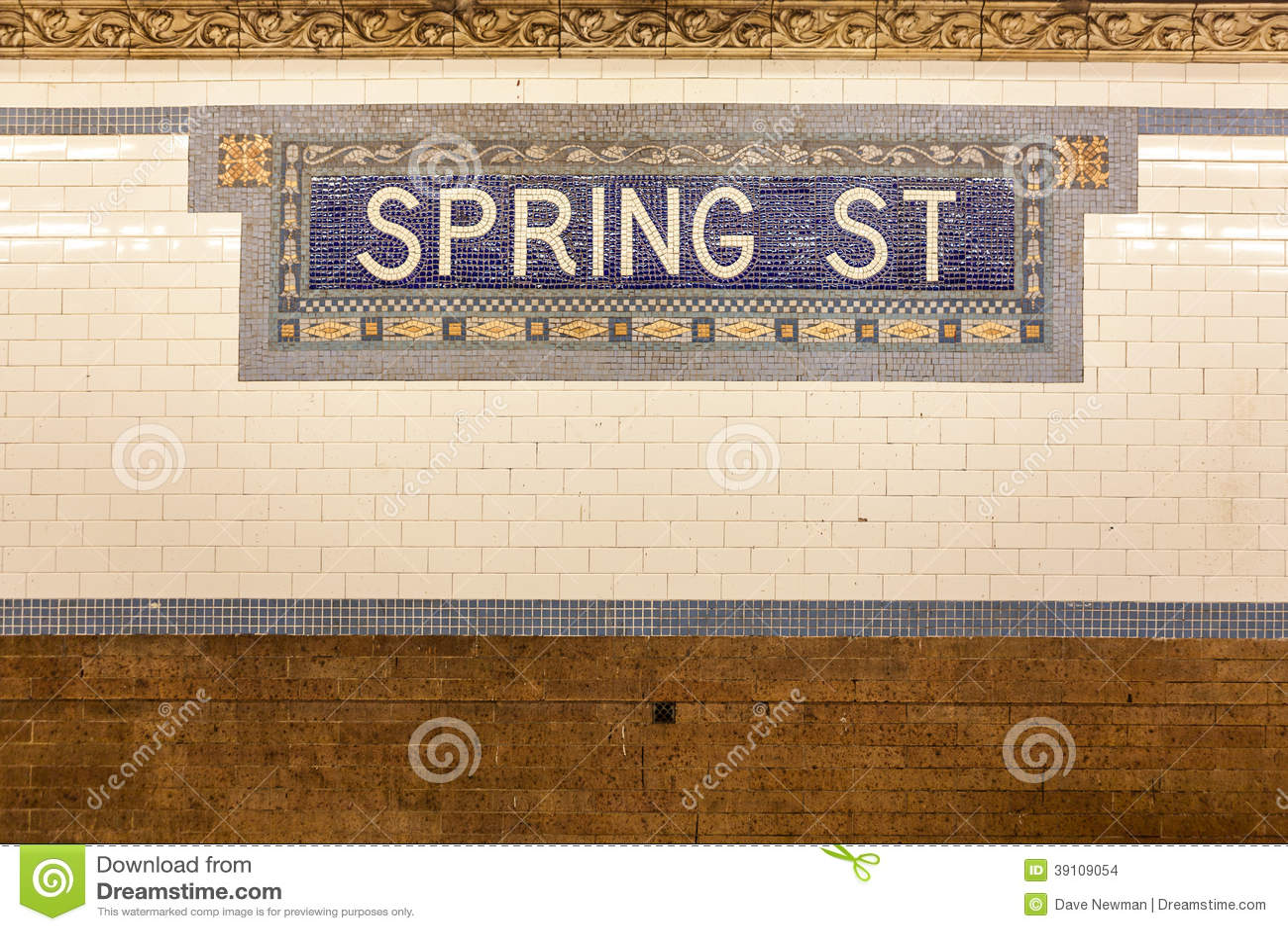 Signe de station de métro de rue de ressort