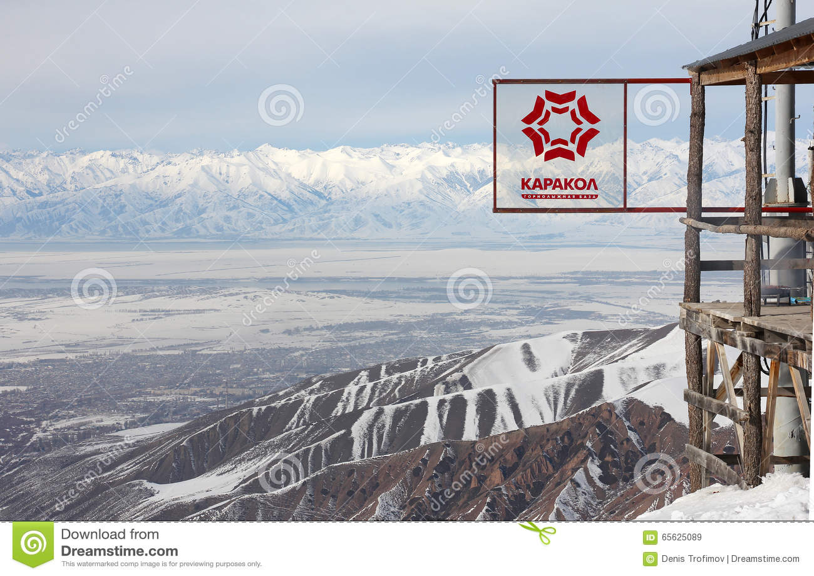 Signe de station de sports d hiver et de vue de Karakol sur la vallée d Issyk Kul l
