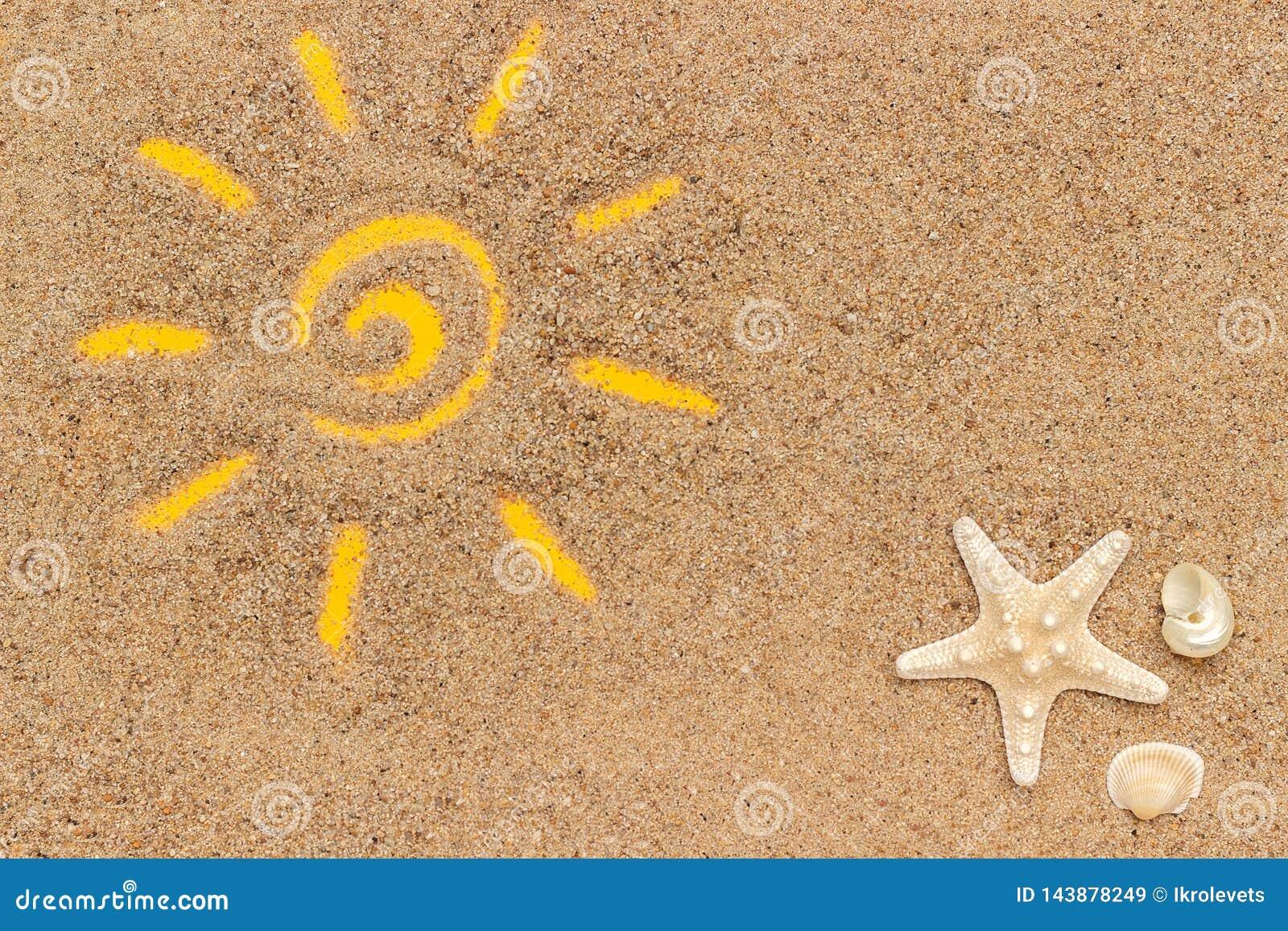 Signe de Sun dessiné sur le sable et le tube blanc de la protection solaire Maquette de calibre pour votre conception Vue supérie