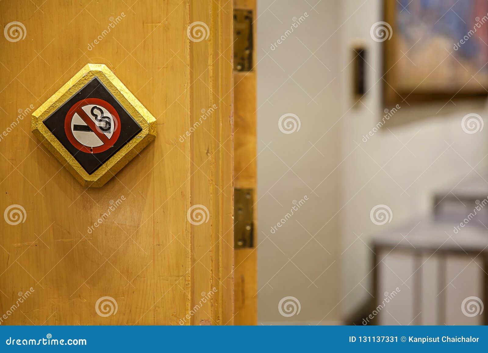 Signe non-fumeurs contre un mur en bois Les non fumeurs blancs se connectent le plancher en bois sont un signe que le voyageur se