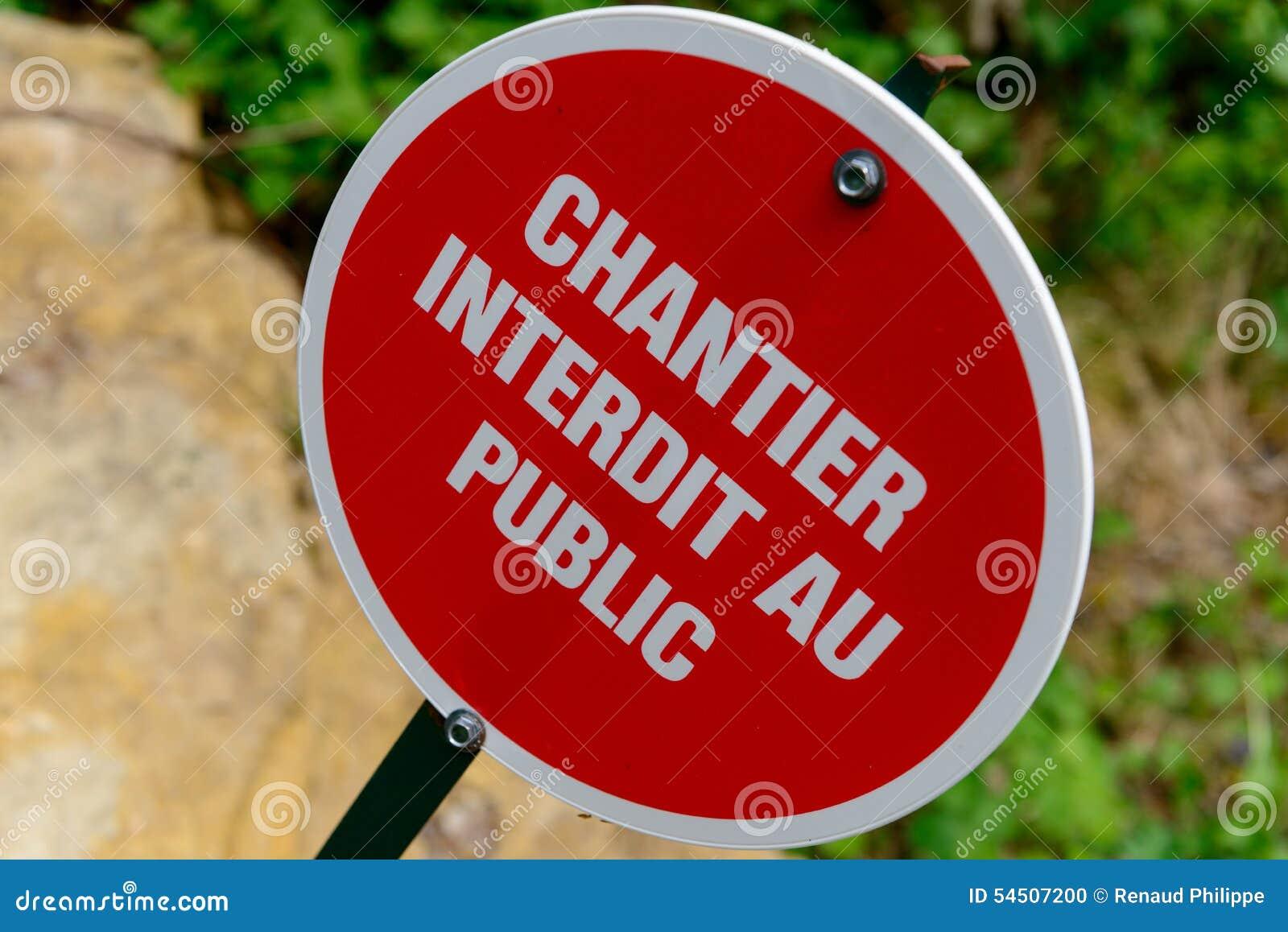 Signe rouge français indiquant un chantier de construction