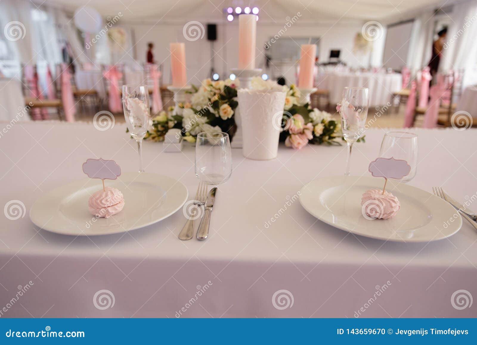 Signe vide de cadre de l espace d annonce - épousant la décoration installée pendant la réception - offrez la couleur rose et bla