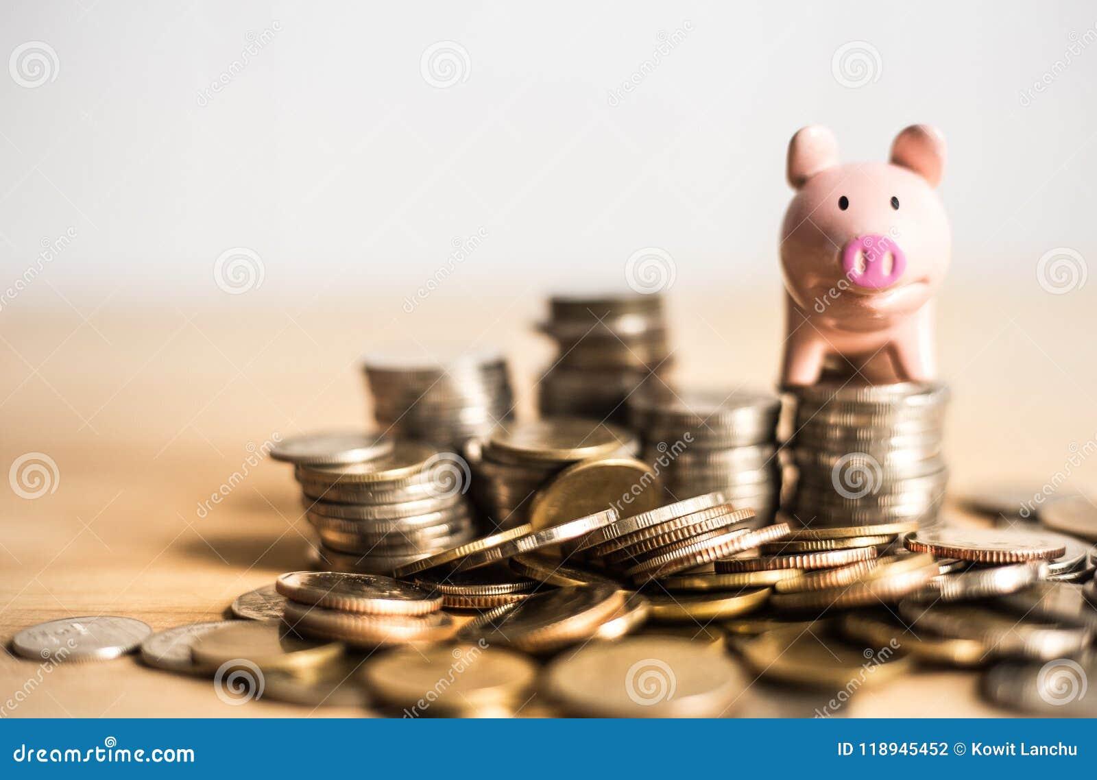 Signification de concept d argent d économie avec la tirelire au-dessus des pièces de monnaie
