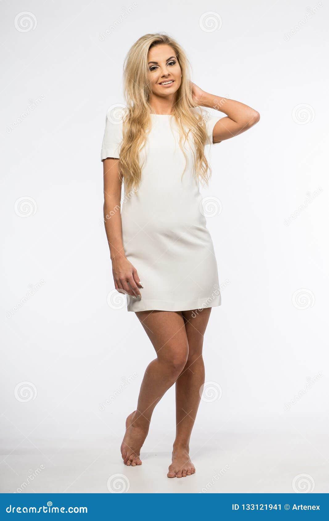 Vestiti Eleganti Da Signora.Signora In Abito Bianco Che Posa Nello Studio Bella Donna